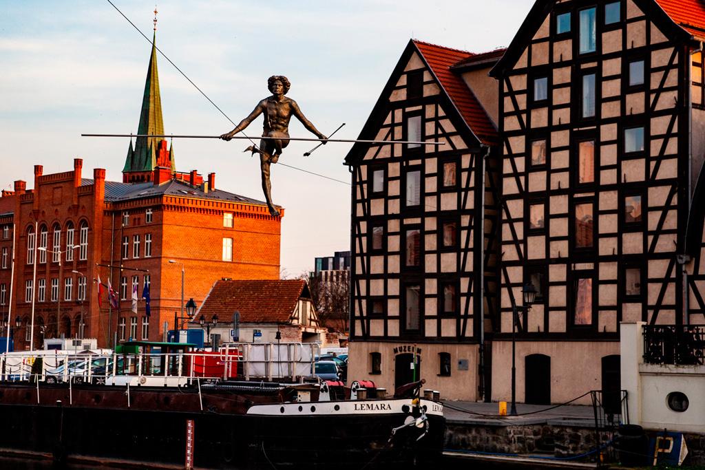 Bydgoszcz – pomnik Przechodzący przez rzekę
