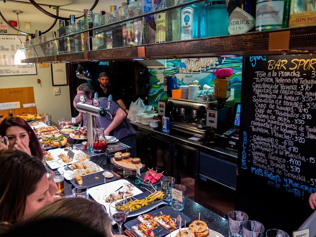 Bar Sport. Przy barze tłum ze szklaneczkami i talerzykami