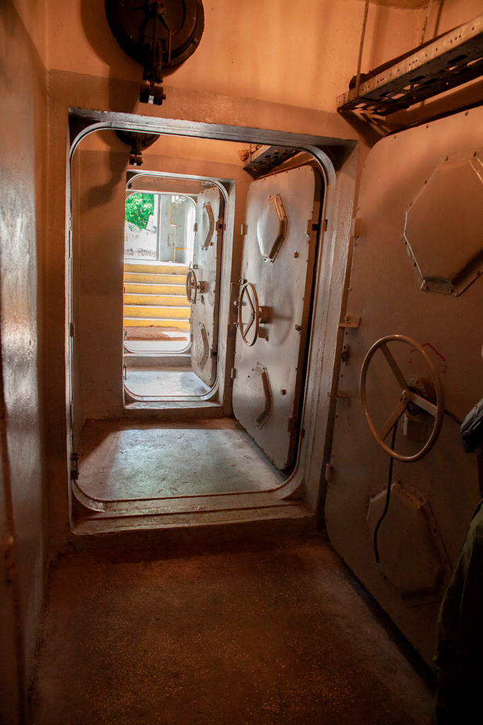 Obiekt Alfa - rząd drzwi pancernych