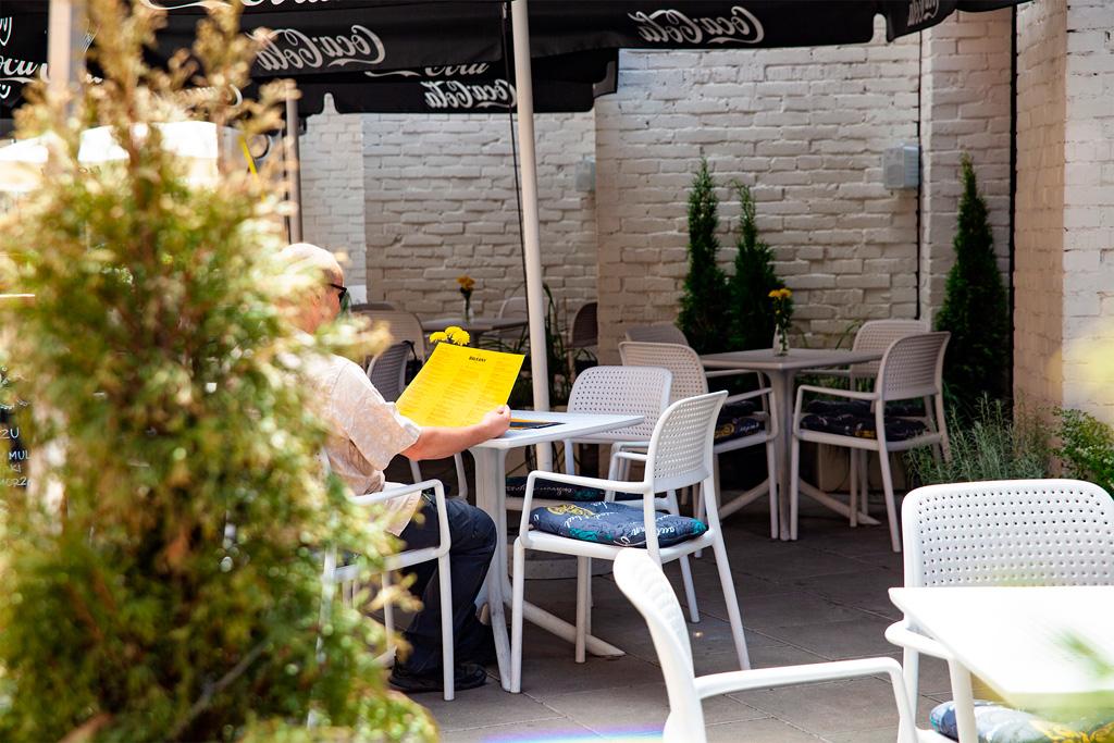Ogródek restauracji Na Bałkany otoczony jest zielenią