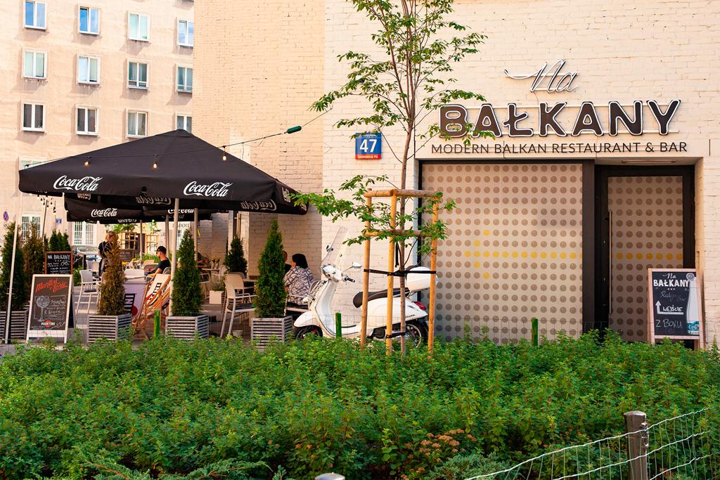 Na Balkany - przed restauracją, wśród roślin