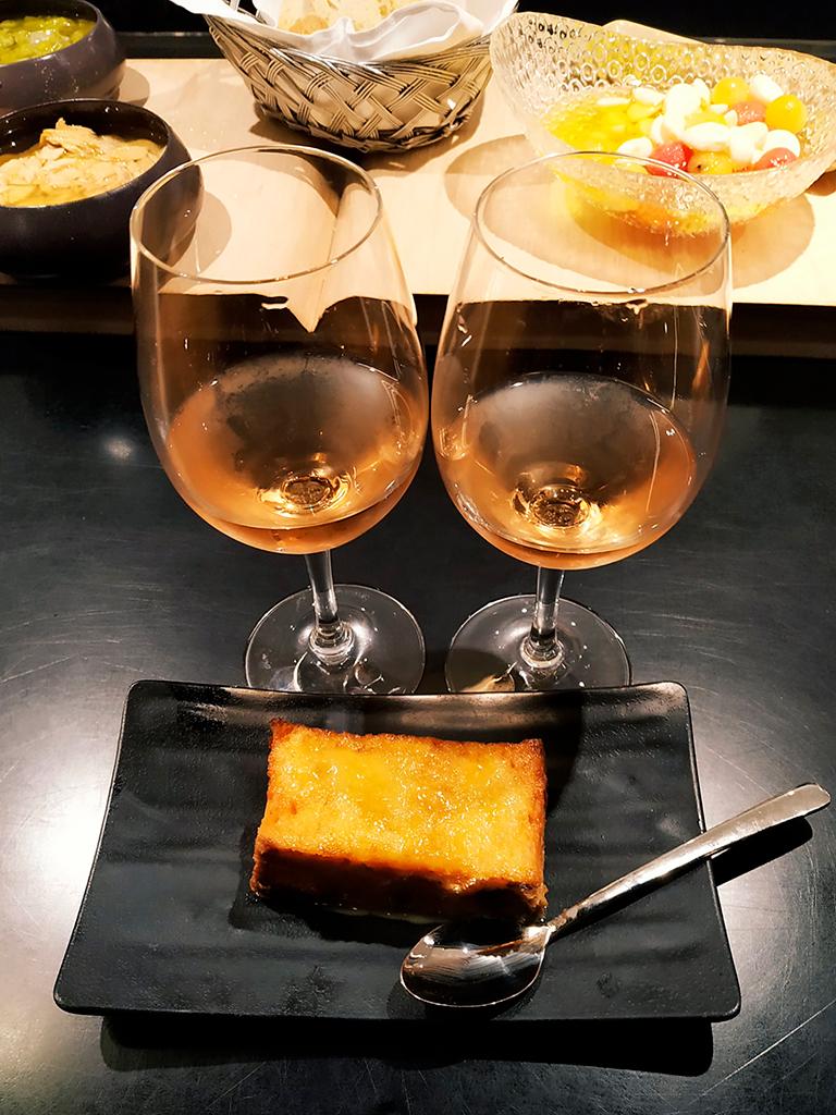 Ciasto torrija i dwa kieliszki rosado w San Sebastian