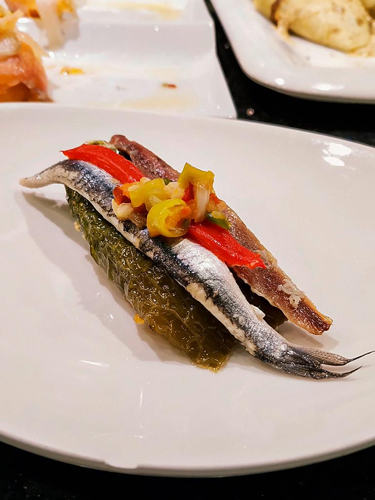 Pintxo - anchovies marynowane na dwa sposoby – idealne małżeństwo (matrimonio)