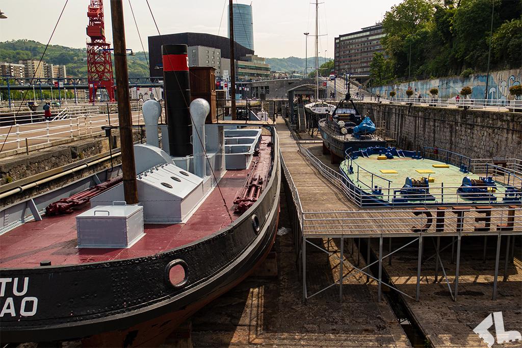 Statki stojące w suchych dokach przy Muzeum Morskim w Bilbao