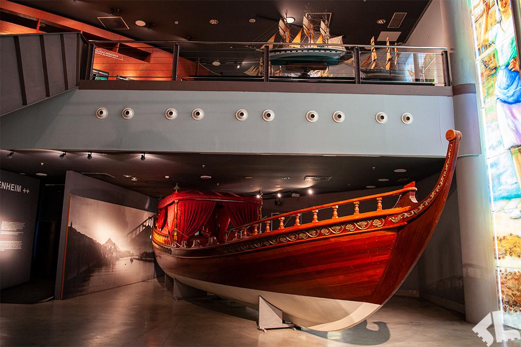 Zabytkowa łódź we wnętrzu Muzeum Morskiego w Bilbao