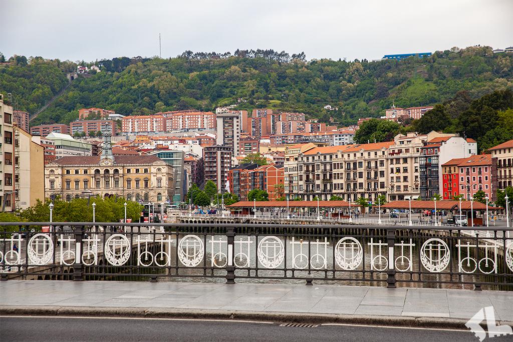 City break w Bilbao – widok z mostu na rzece