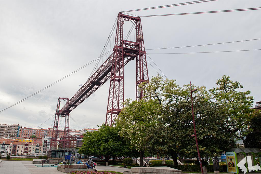 Most gondolowy – wagonik poruszający się na linach podwieszonych do górnego przęsła mostu