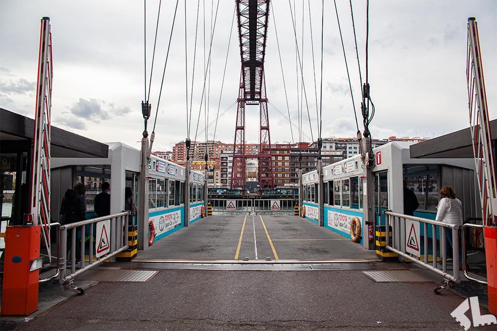 Pusta gondola Mostu Biskajskiego w Bilbao