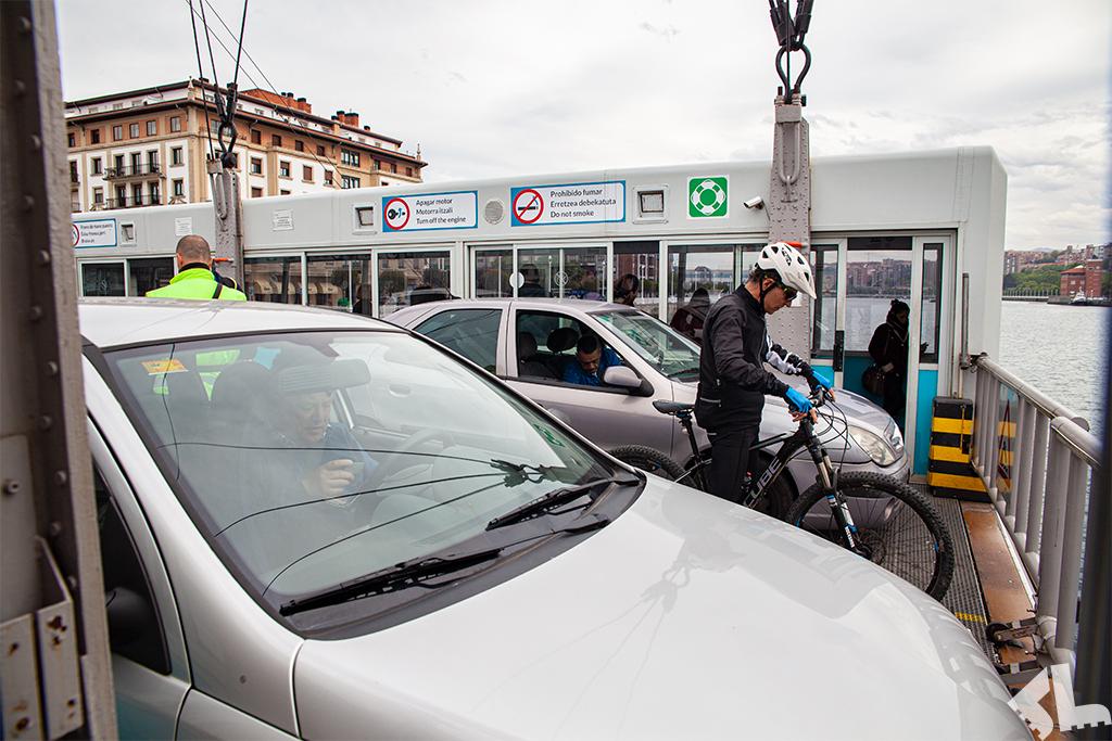 Samochody i rowerzysta na Moście Biskajskim w Bilbao