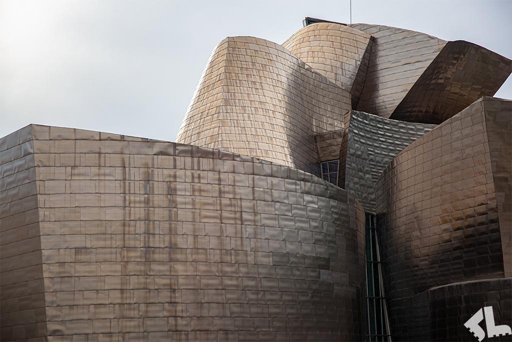 Metaliczna fasada Muzeum Guggenheima w Bilbao