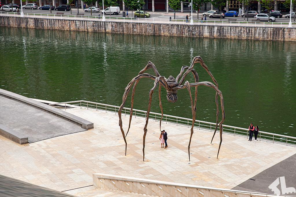 Wielometrowej wysokości rzeźba pająka