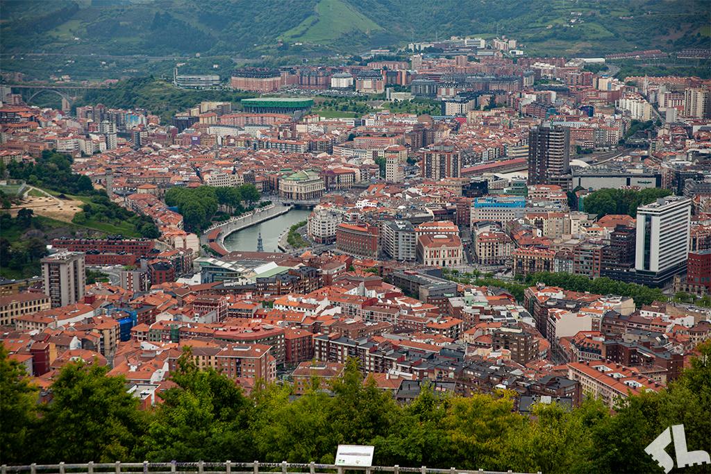 Widok ze wzgórza na centrum Bilbao