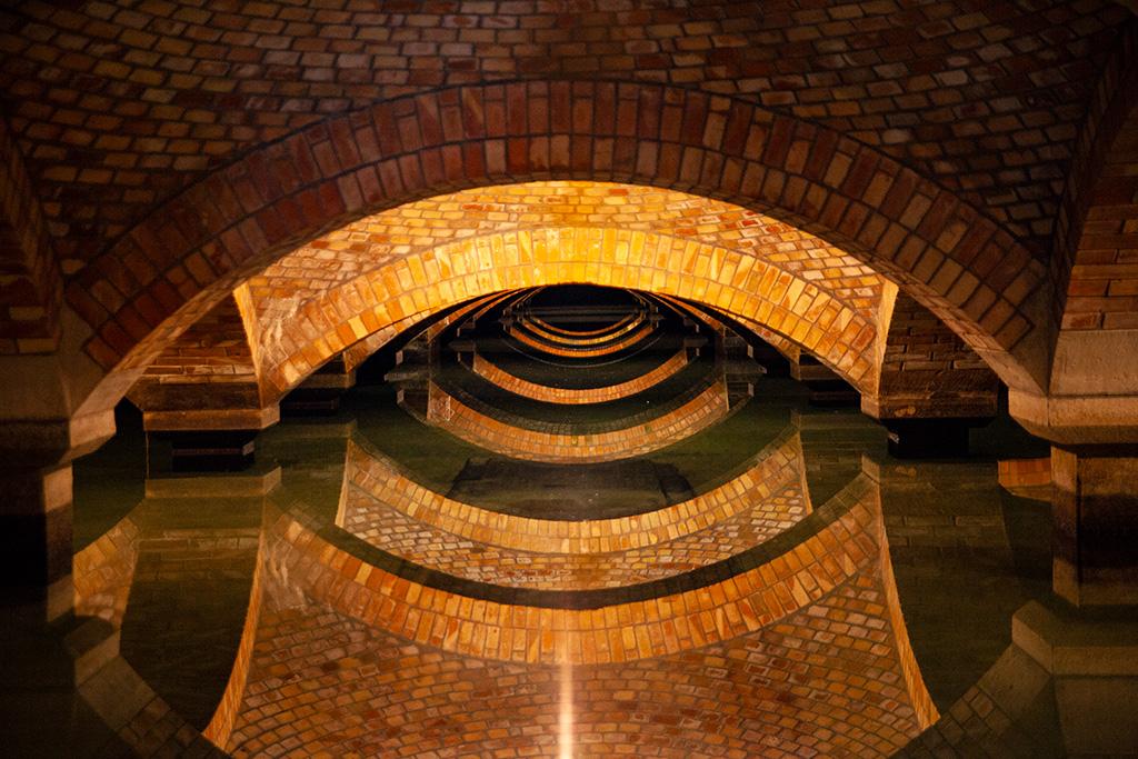 Filtry Warszawskie - zwiedzanie jednego z pomieszczeń z ceglanym skłepieniem nad taflą wody