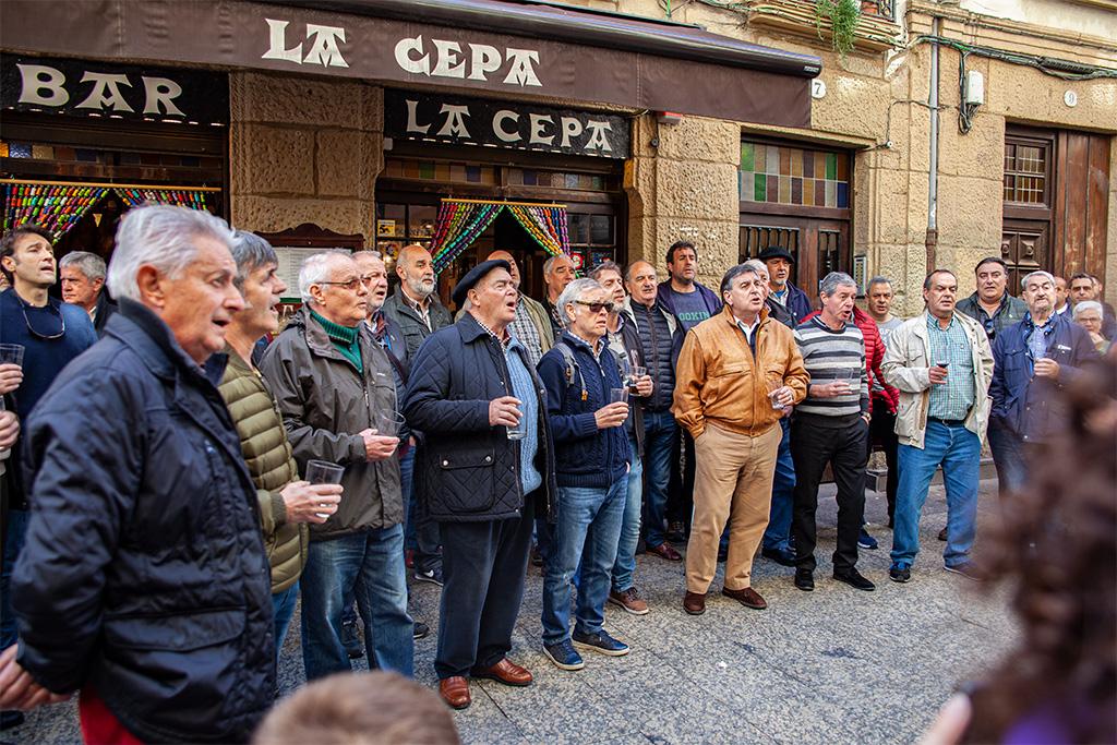 San Sebastian – grupa mężczyzn dająca nieformalny koncert przed barem