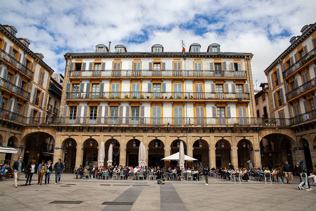 Domy dookoła jednego z głównych placów San Sebastian