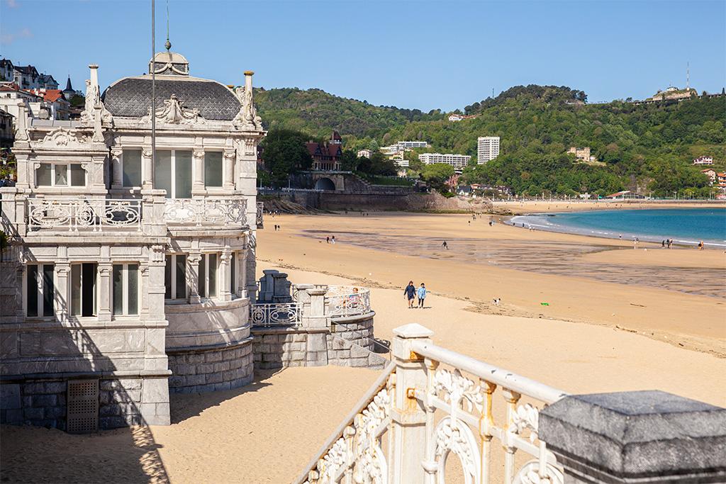 Pawilony przy plaży w San Sebastian