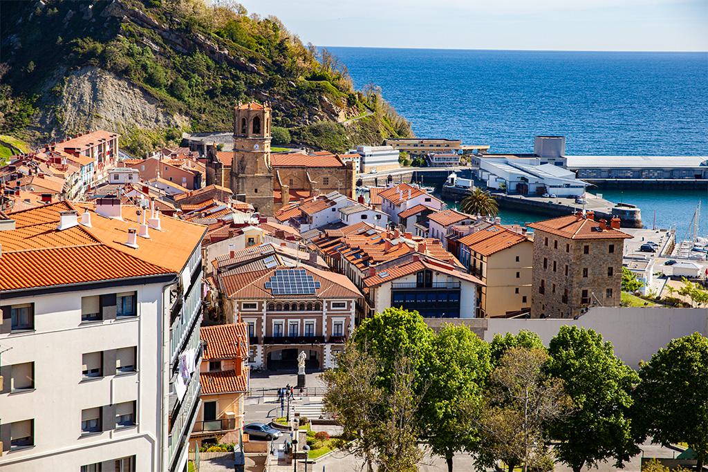 Okolice San Sebastian: Getaria, widok na niewielkie stare miasto
