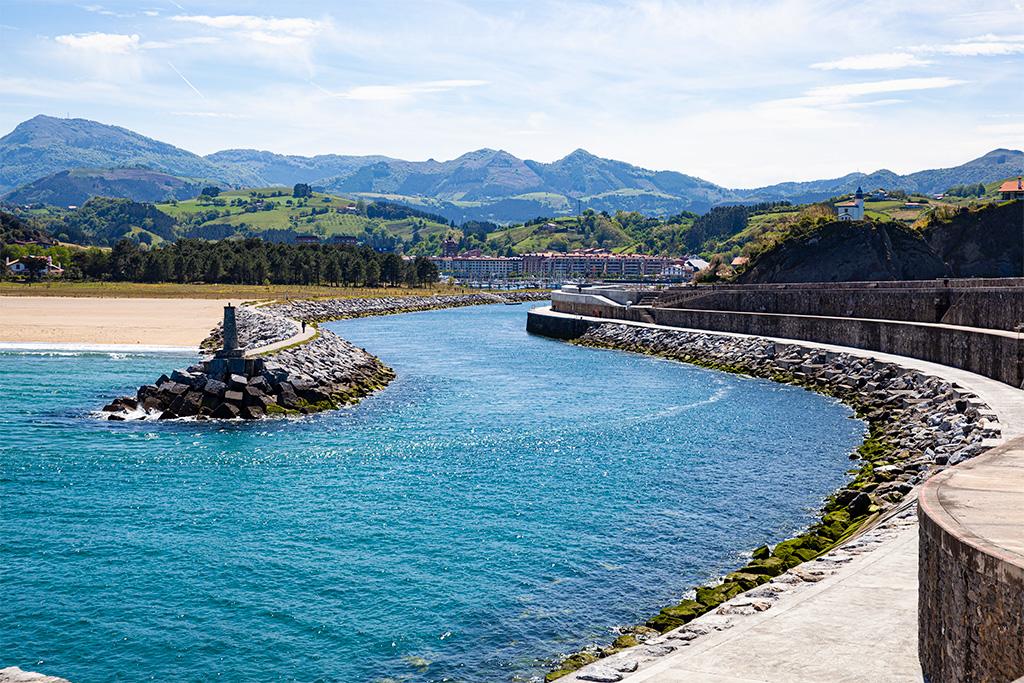 Okolice San Sebastian: Zumaia, wejście do portu