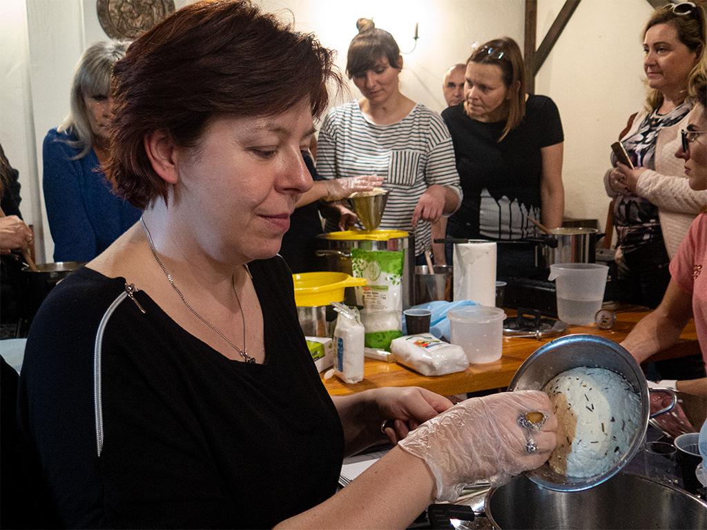 Warsztaty serowarstwa – wyciskanie sera żuławskiego