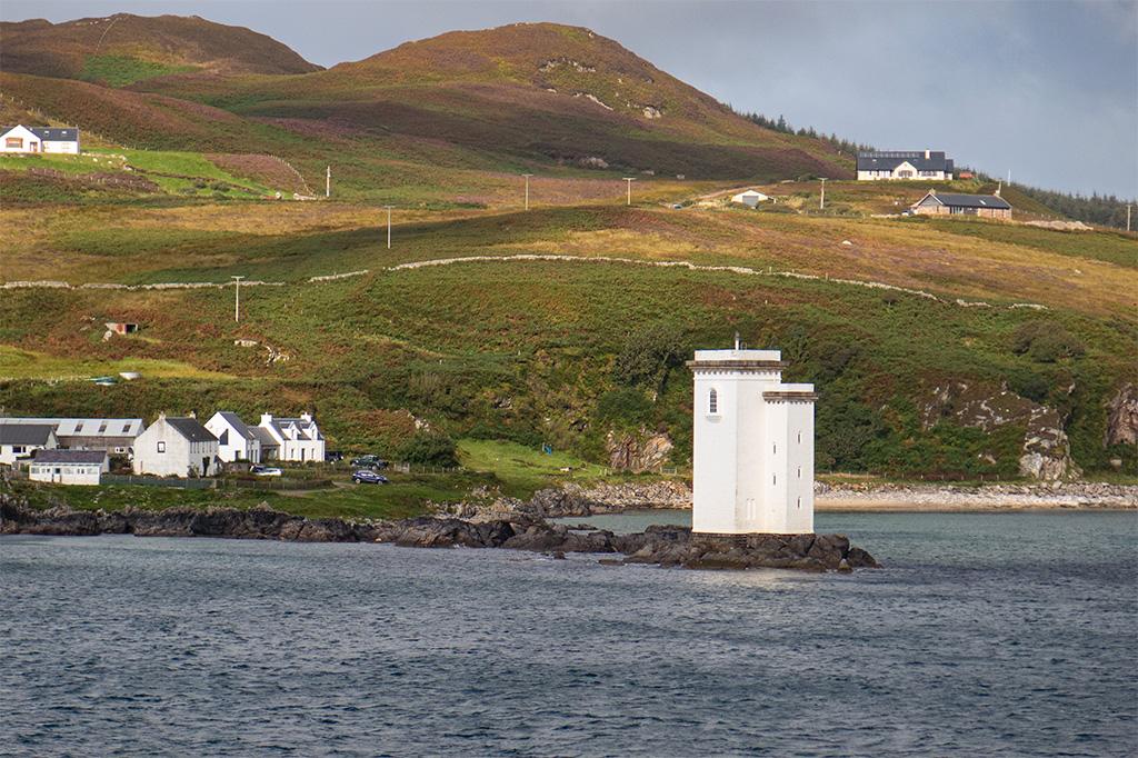 Latarnia Carraig Fhada na podejściu do Port Ellen na Islay