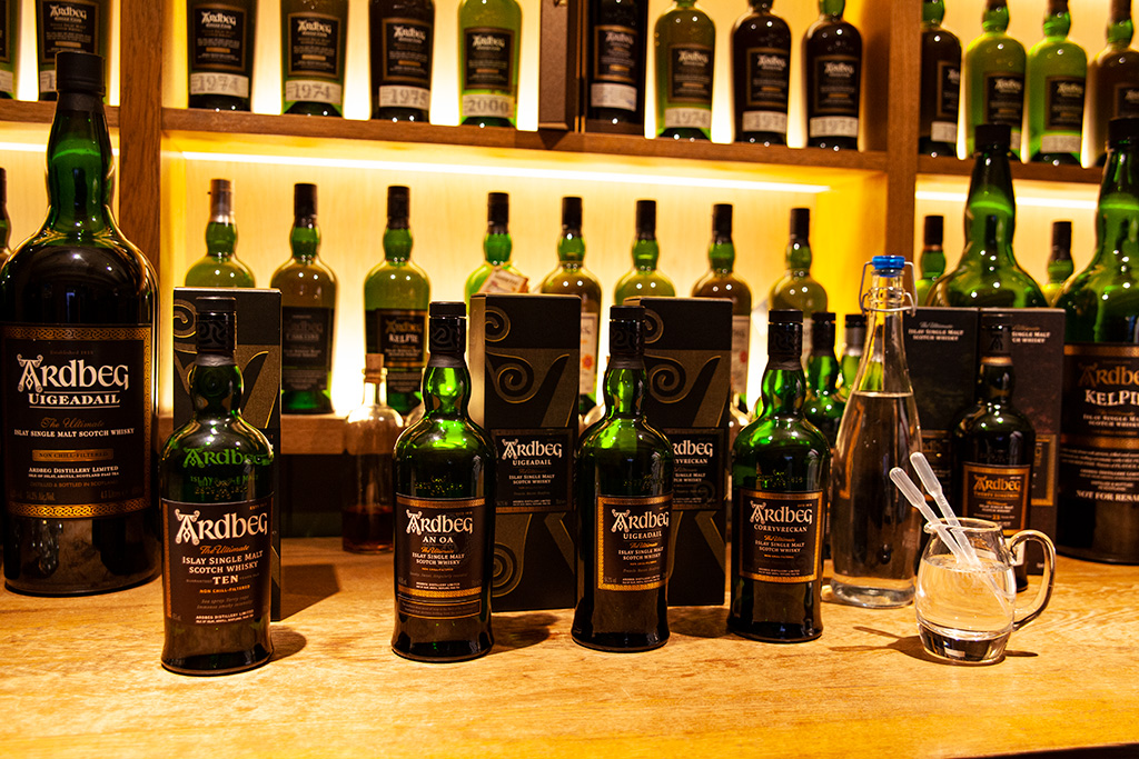 Islay whisky gotowa do degustacji w destylarni Ardbeg