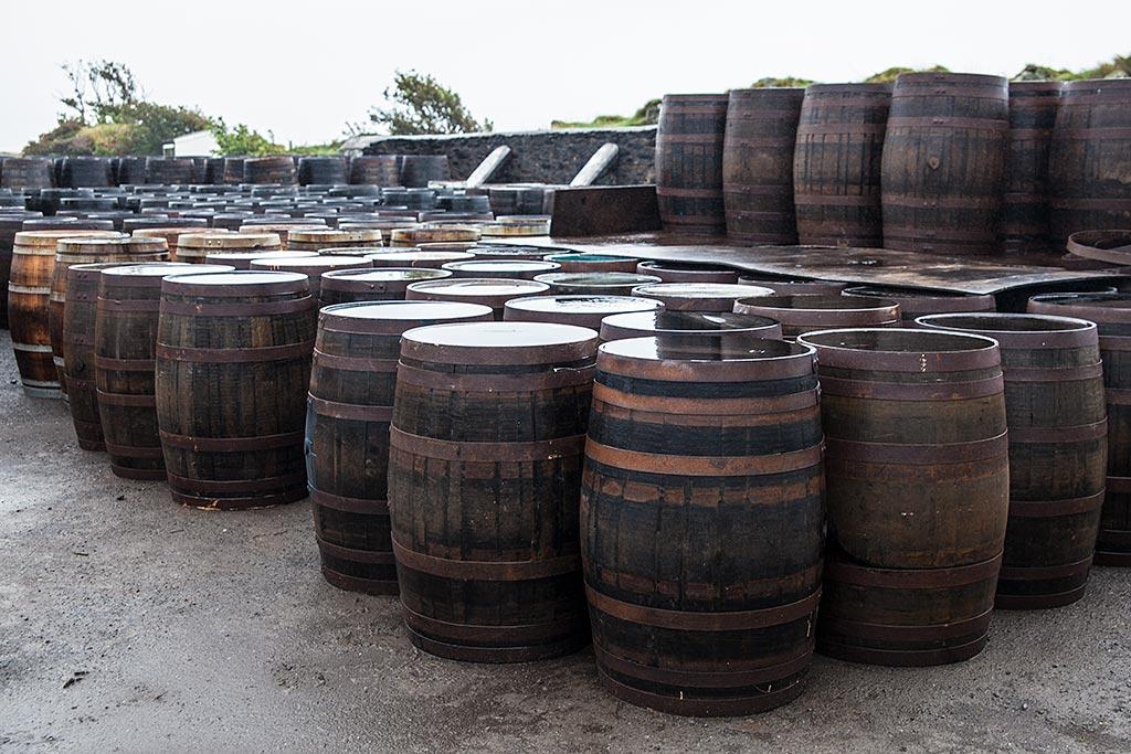 Jak powstaje Islay Single Malt – beczki na podwórzu Ardbeg