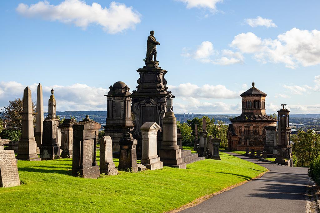 Co zobaczyć w Glasgow? Zabytkowy cmentarz na wzgórzu