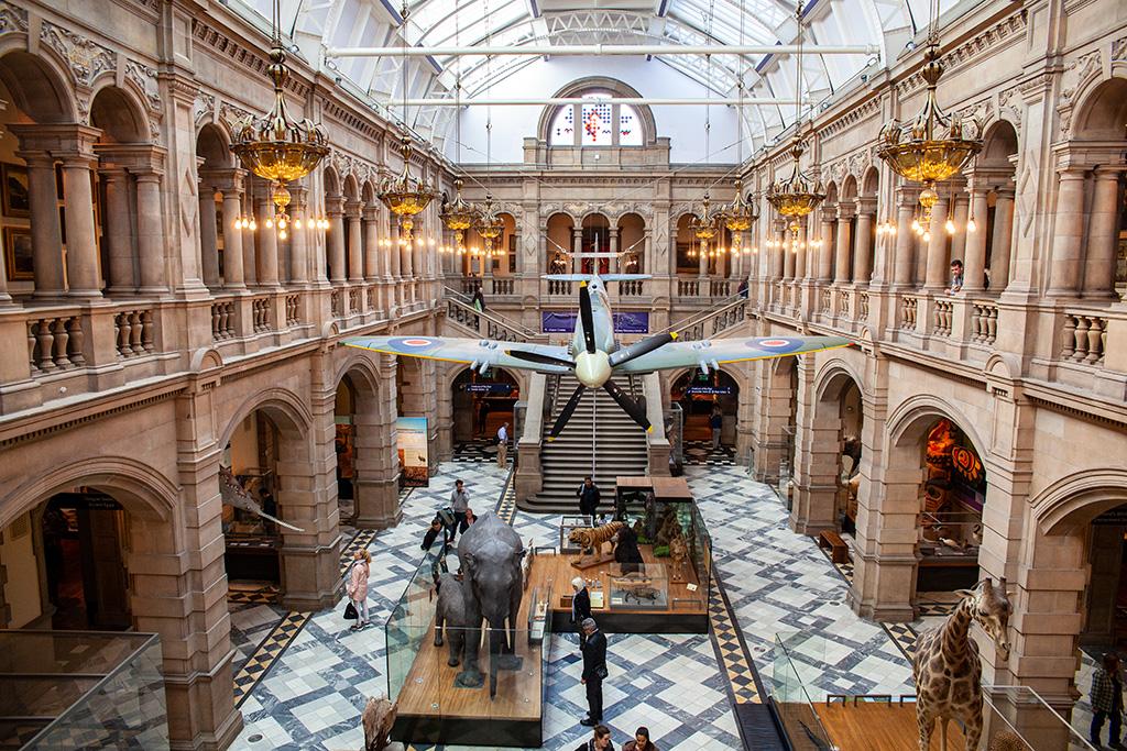 Co zobaczyć w Glasgow? Samolot Spitfire wiszący w sali wystawowej