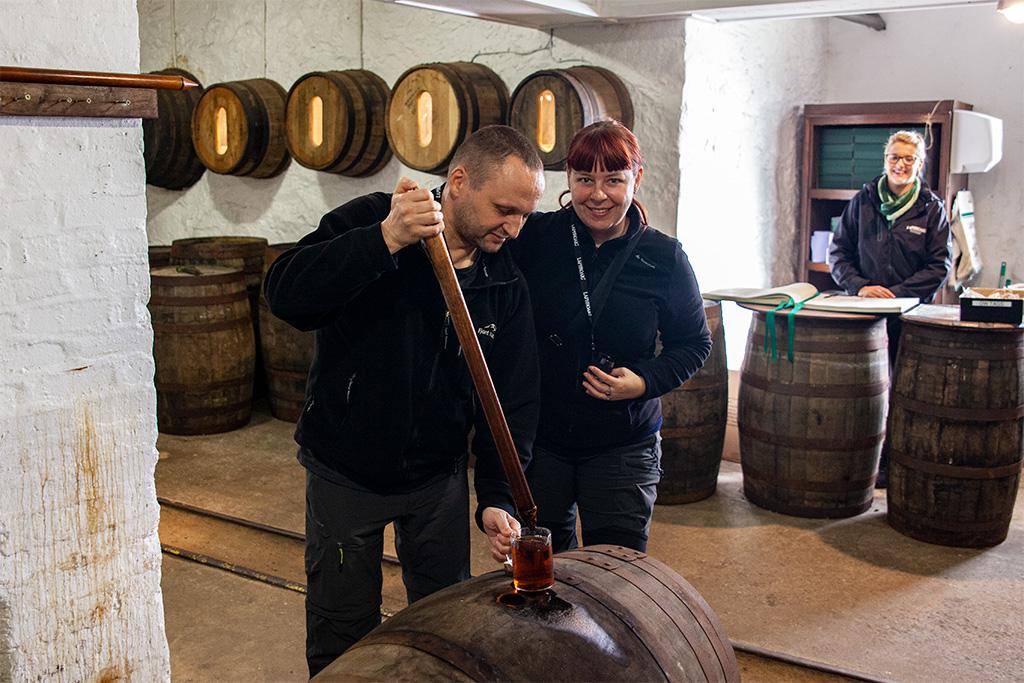 Najpierw nabieramy pipetą whisky z beczki