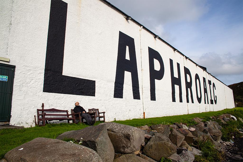 Laphroaig - zwiedzanie zakończone, można odpocząć na ławce