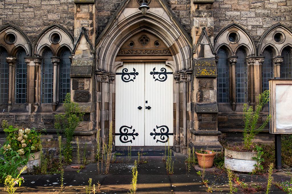 Ulice Edynburga kryją też takie niespodzianki jak zamknięty na głucho kościół