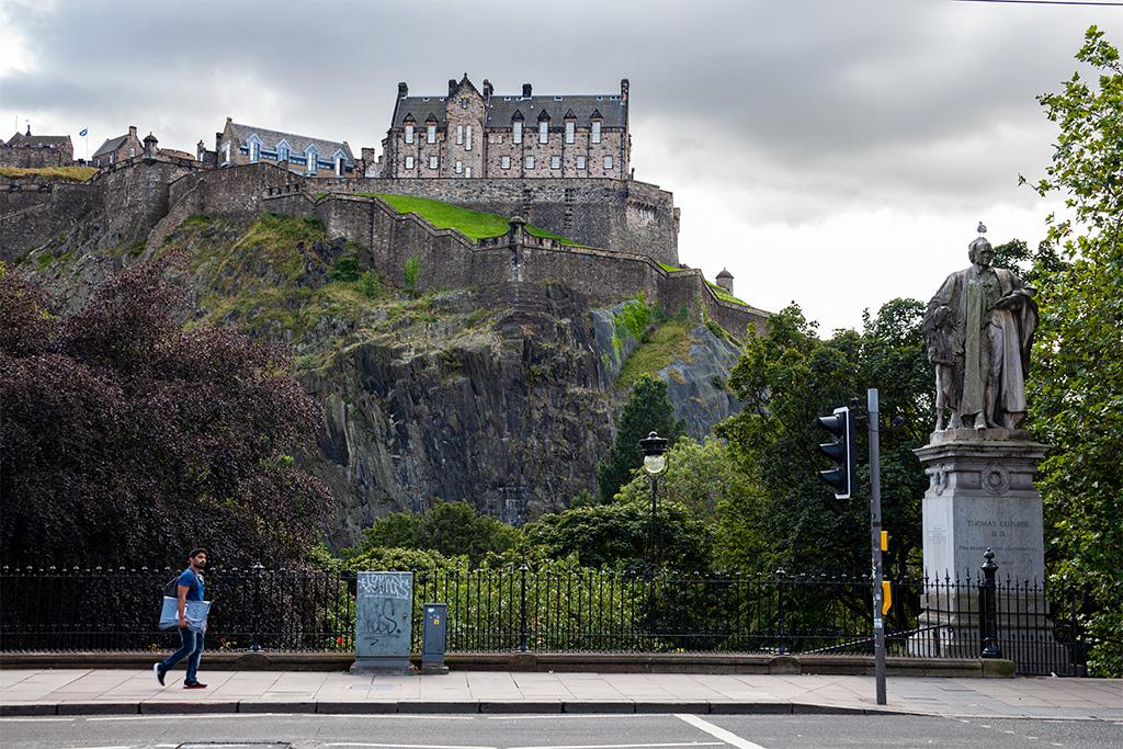 Co zobaczyćw Edynburgu? Na pewno groźnie wyglądający zamek, stojący na niesamowitej skarpie