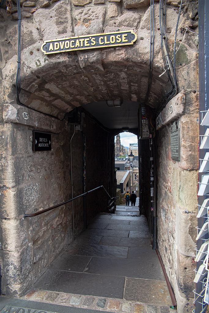 Jedno z przejśćpod kamienicą – skrót do niższych ulic