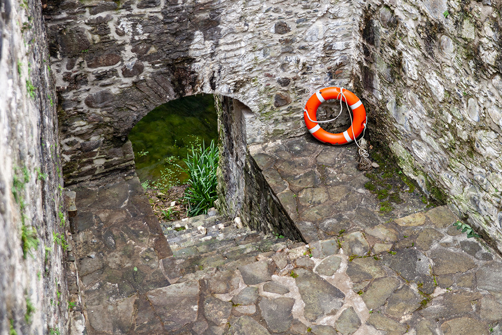 Zakładam, że był odpływ, bo koło ratunkowe w takim miejscu?...;)