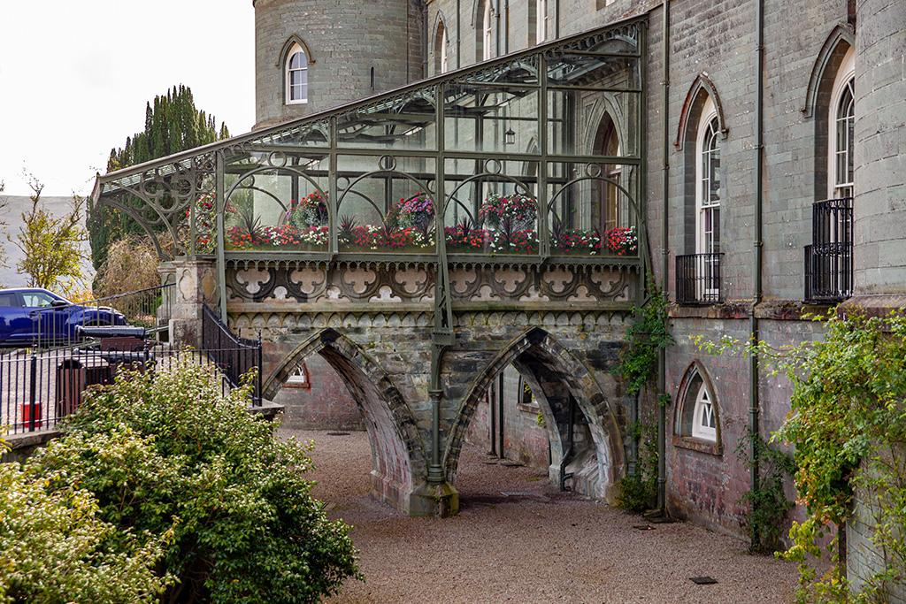 Inveraray Castle – główne wejście do zamku nad suchą fosą
