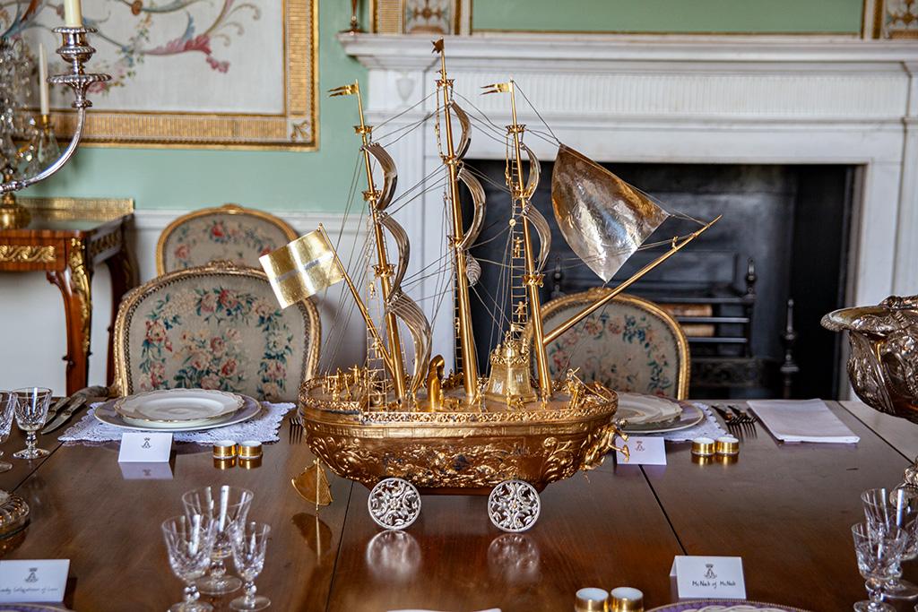 Inveraray Castle – złocony statek, ozdoba stołu