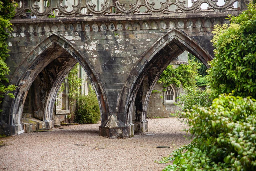 Inveraray Castle – fosa bez wody. Można spacerować, jest także wejście do sklepiku i kawiarenki