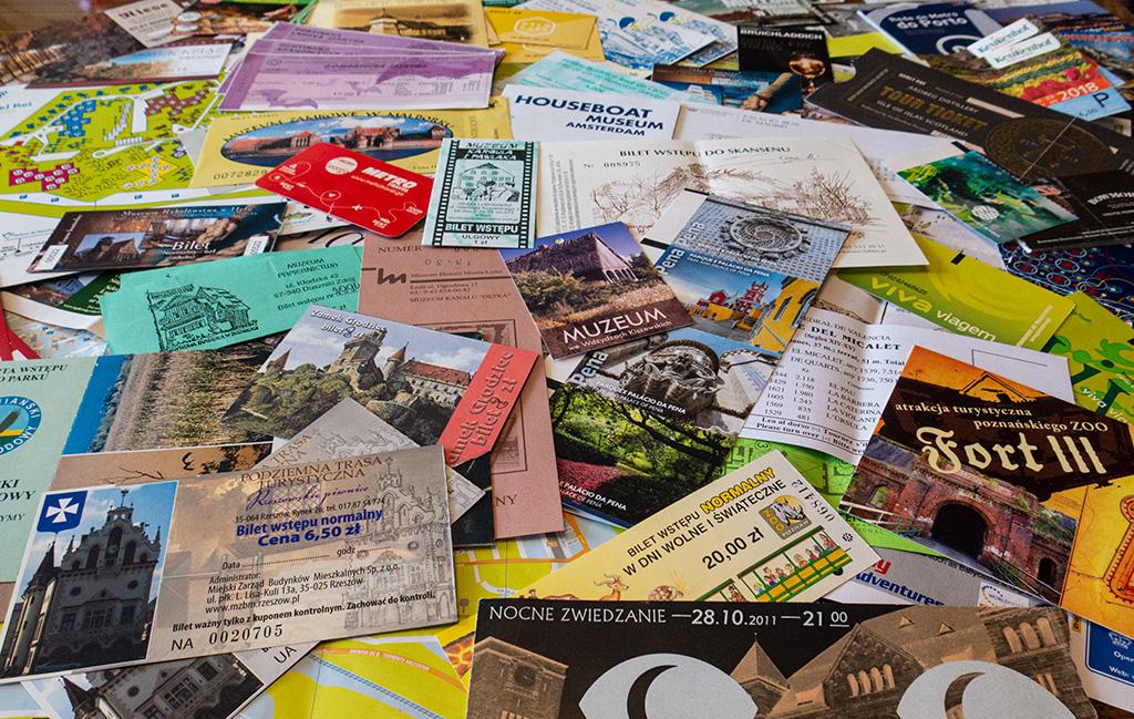 Pamiątki z podróży – bilety, mapy, karty miejskie