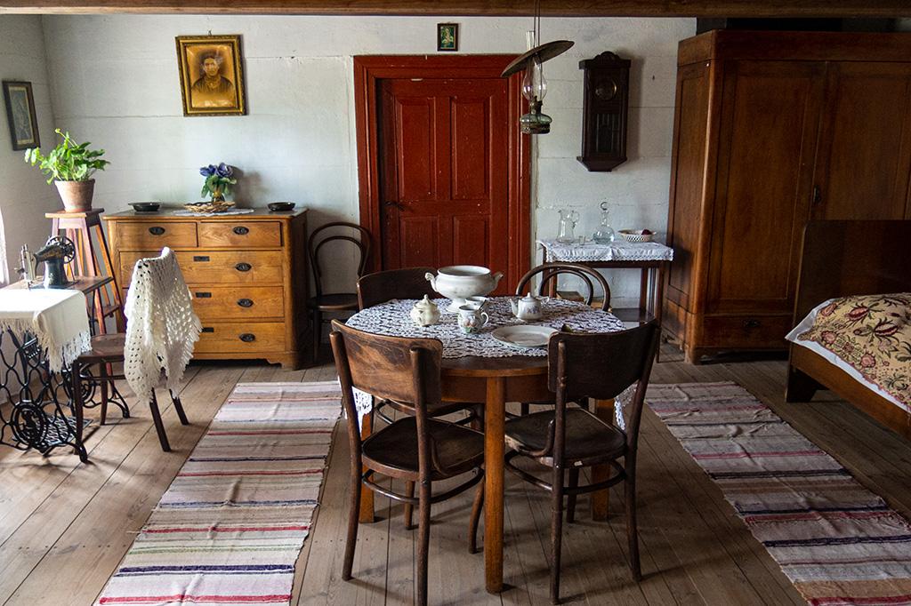 Skansen w Maurzycach – wnętrze chaty, izba mieszkalna