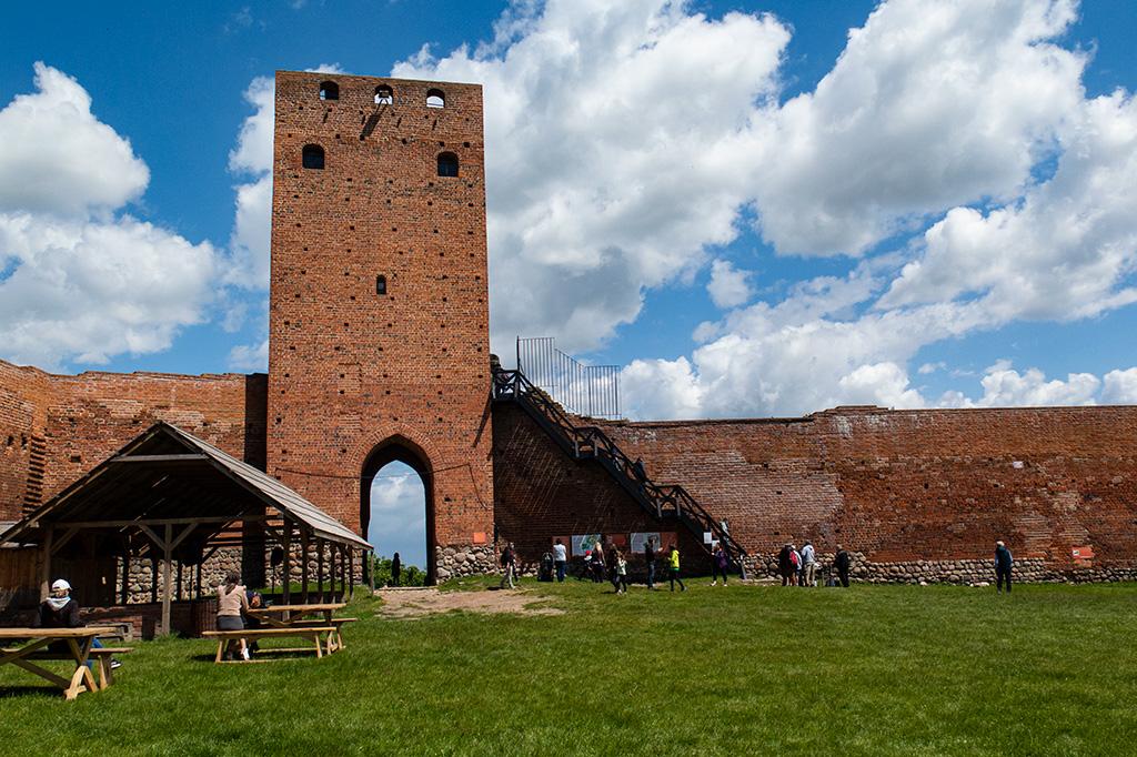 Zamek w Czersku – dziedziniec i Wieża Bramna