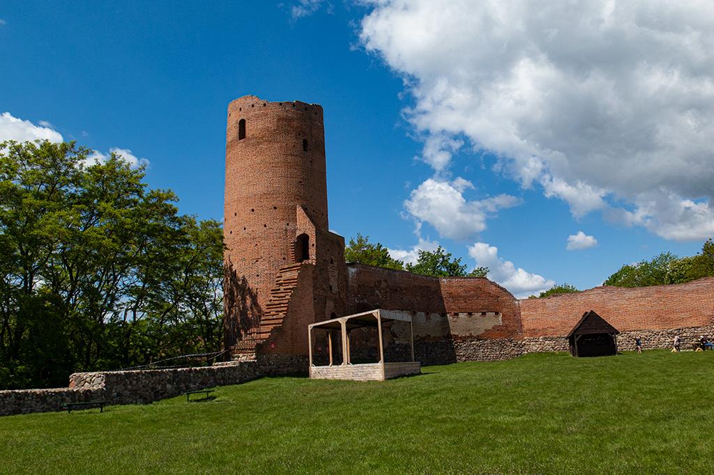 Wieża Zachodnia, usytuowana niemal całkowicie poza murami obronnymi
