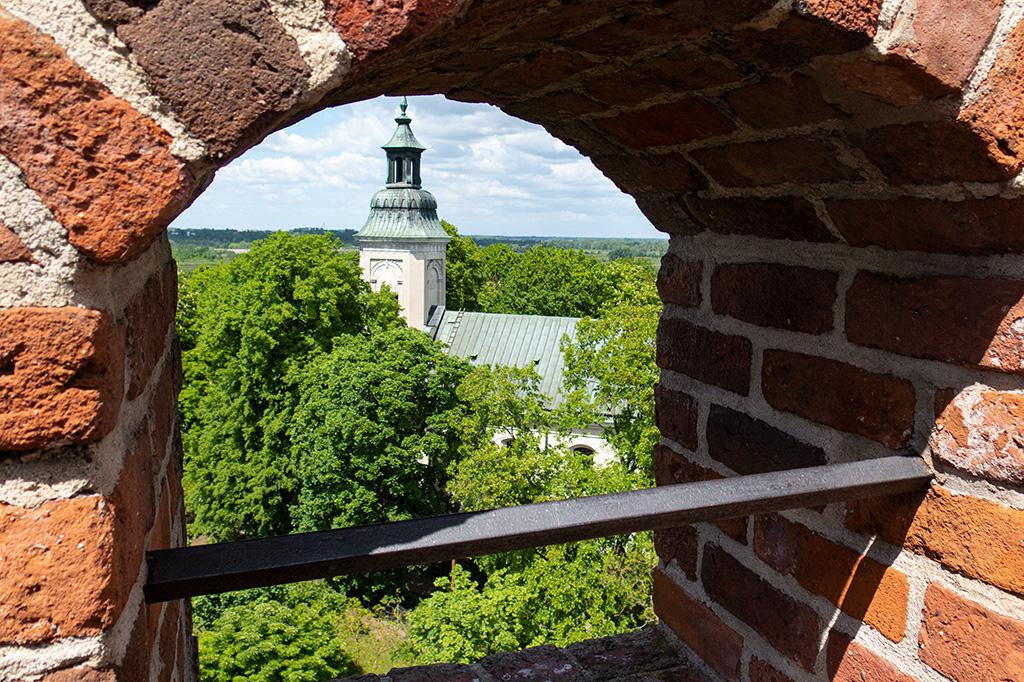 Z Wieży Bramnej jest widok na pobliski kościół