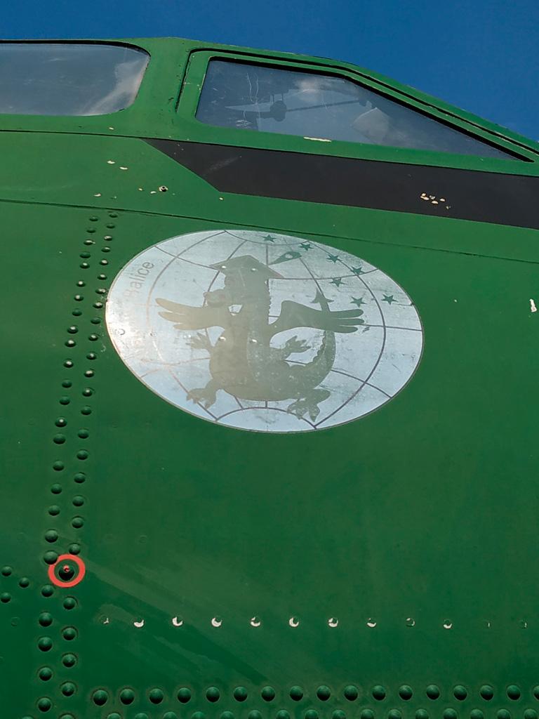 Samoloty bywająozdabiane :) Emblemat jednostki transportowej z Balic.