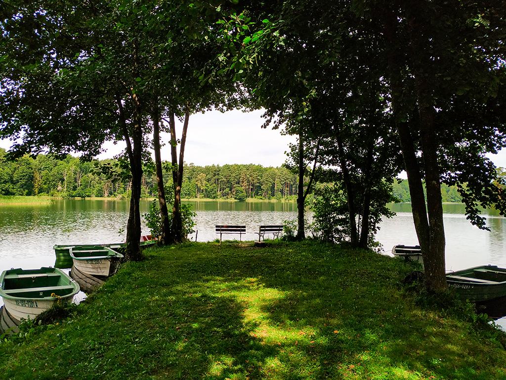 Mazurskie Uroczysko – w jezioro wychodzi cypelek zakończony ławeczkami :)