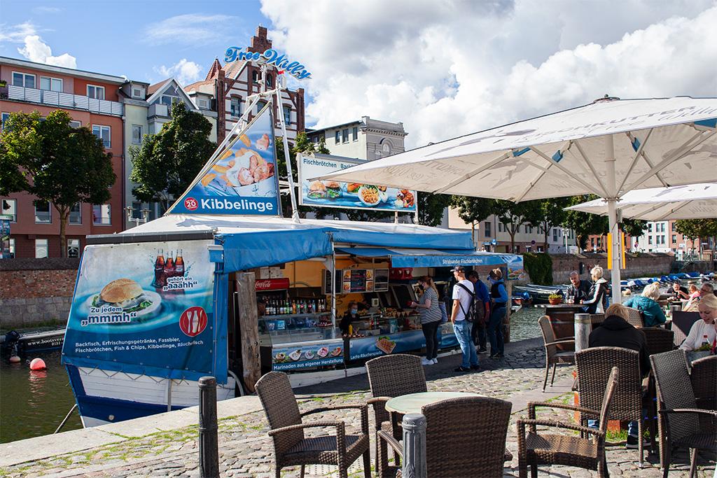 Stralsund –kuter z rybami zacumowany w kanale portowym