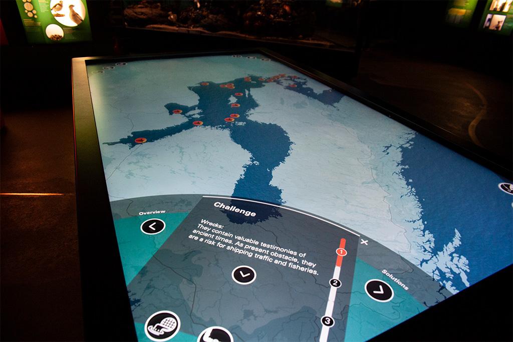 Ta tablica pokazuje wiele ważnych informacji o Morzu Bałtyckim, na przykład – gdzie leżą wraki i jak bardzo jest zanieczyszczone