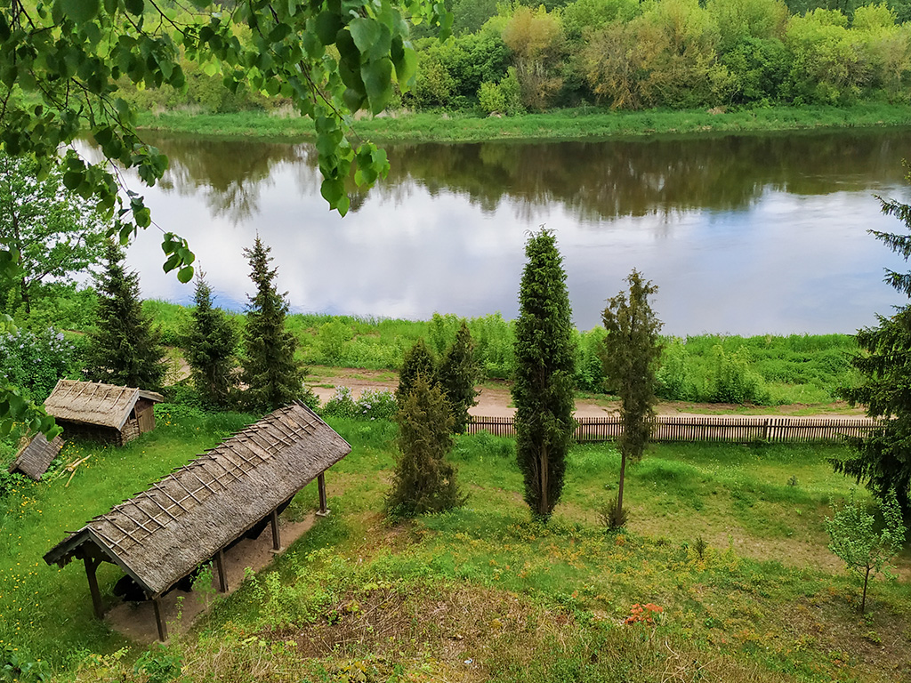 Kurpie – skansen na wzgórzu, widok z góry na rzekę