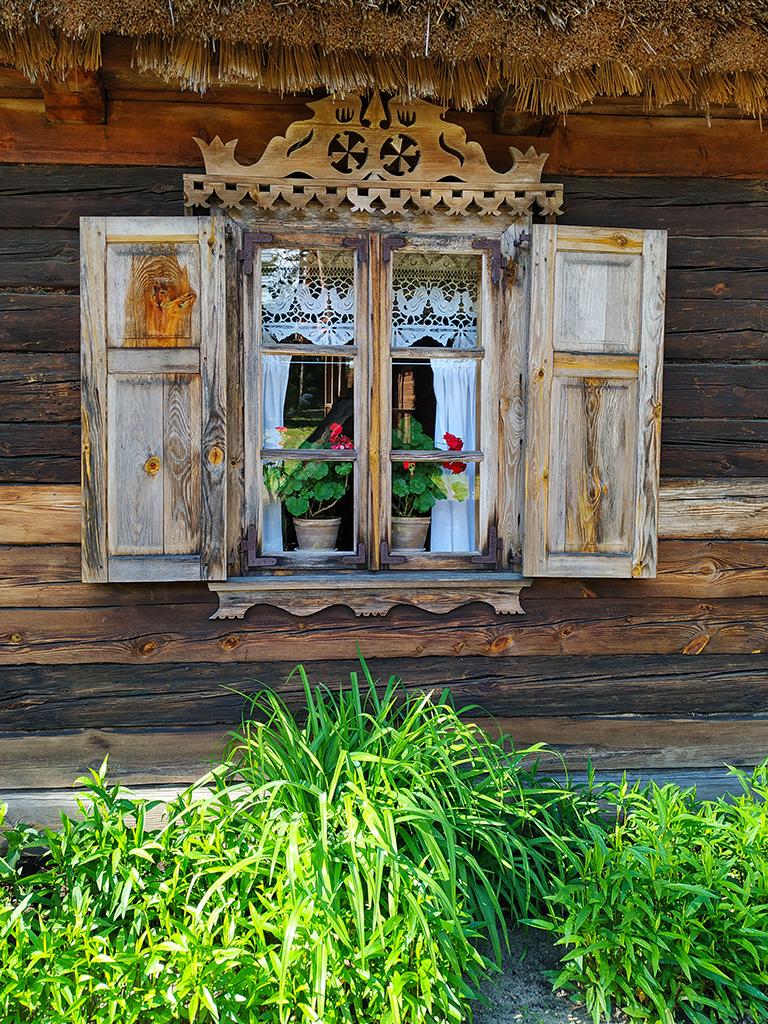 Pięknie rzeźbione okiennice, a w środku firanka – wycinanka