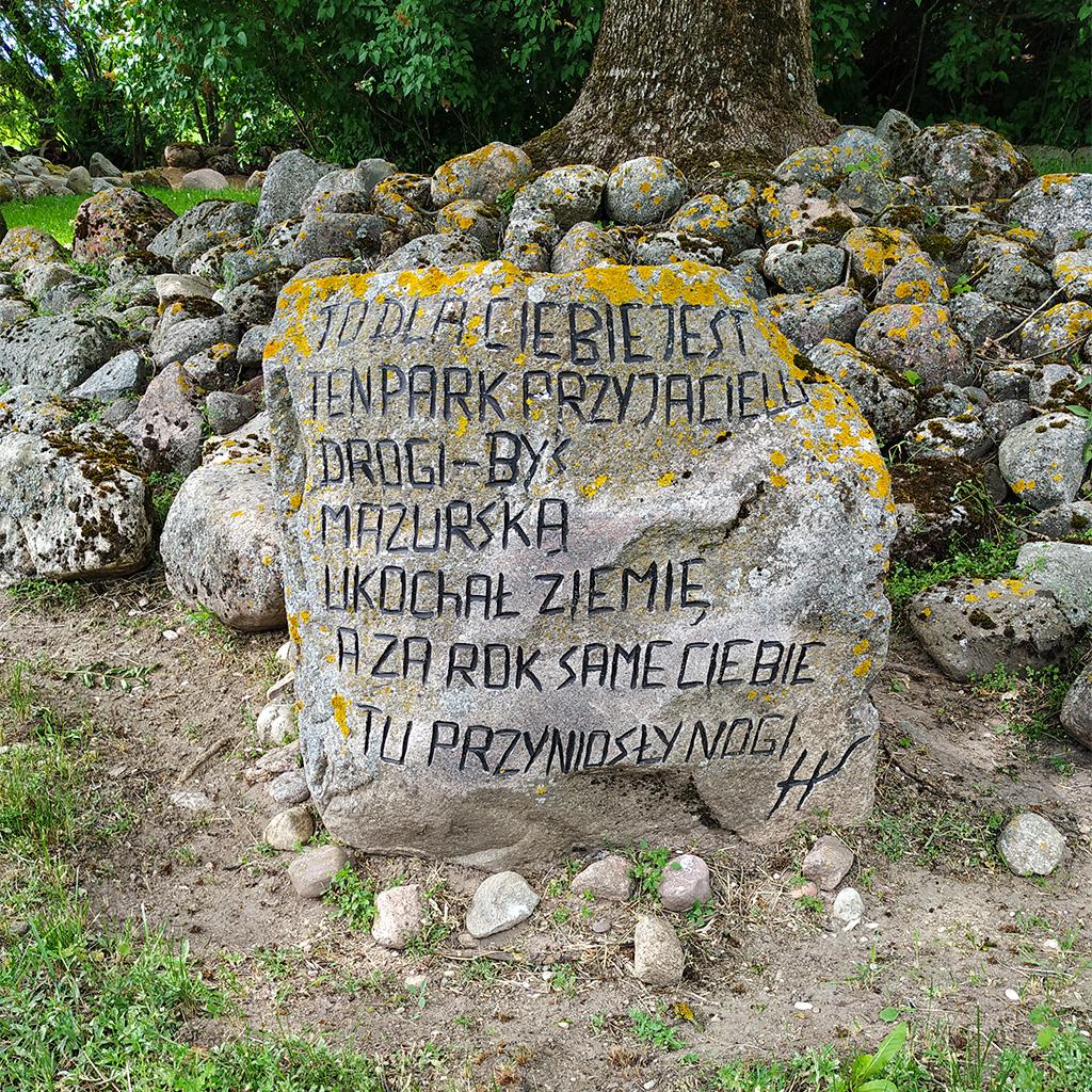 To dla ciebie jest ten park przyjacielu drogi – byś mazurską ukochał ziemię a za rok same ciebie tu przyniosły nogi