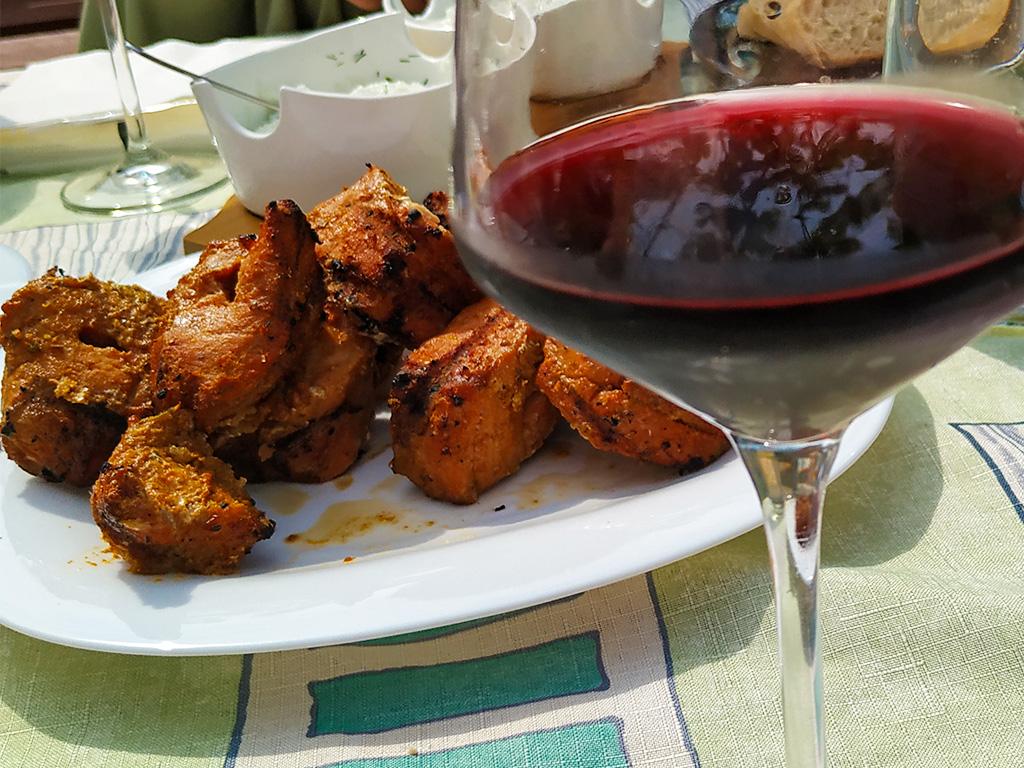 Szaszłyk w stylu gruzińskim i dopasowane do niego polskie czerwone wino